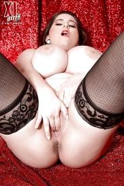 Große Brüsten masturbieren in kostenlos Bildern
