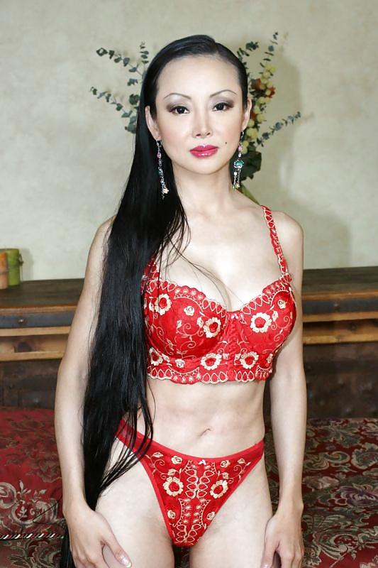 Asiatische Hündinen zeigen uns in Bildern ohne BH