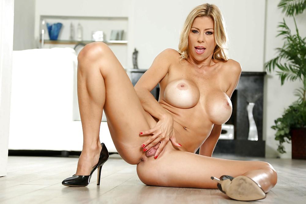 Bekannte Frauen mit große Titten in entspannenden Positionen - Bild 10