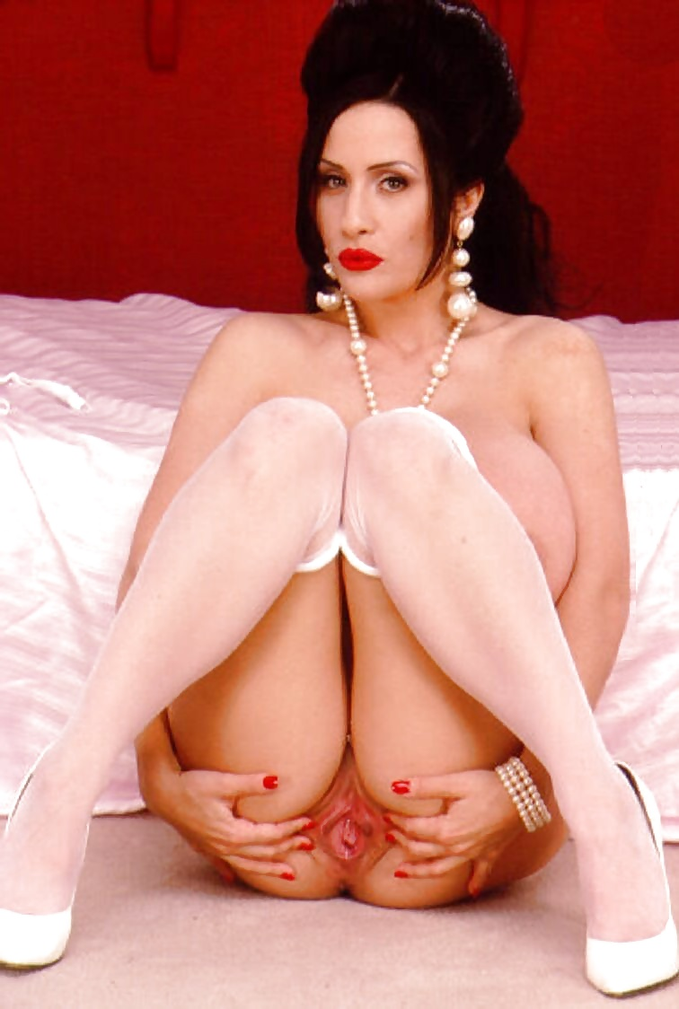 Bekannte Pornoschauspilerin mit riesige Titten in gratis Sexbildern - Bild 2