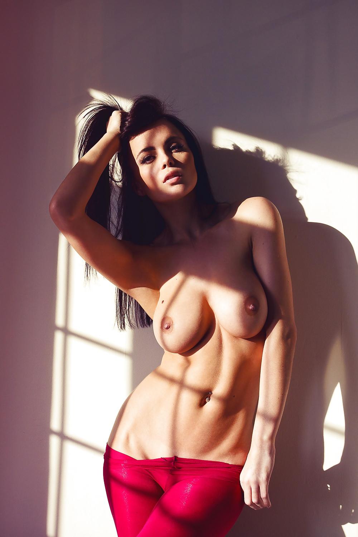 Riesige Büsten in entspannenden Bildern