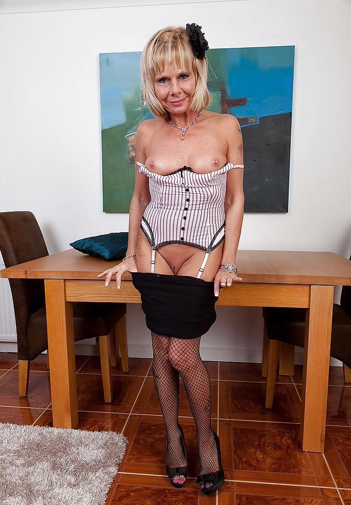 Reife Frau in Unterwäsche aus England kostenlos