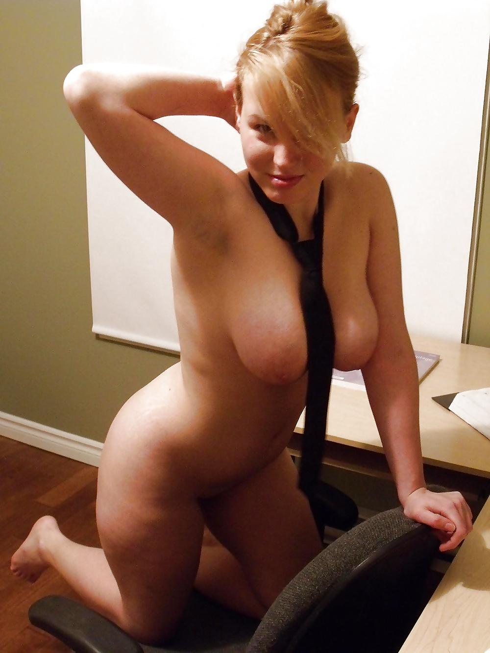 Prickelnde Blonde posiert im Stoff. - Bild 7