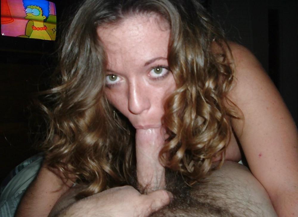 Das Flittchen saugt den Schwanz mit nacktem Körper. - Bild 7