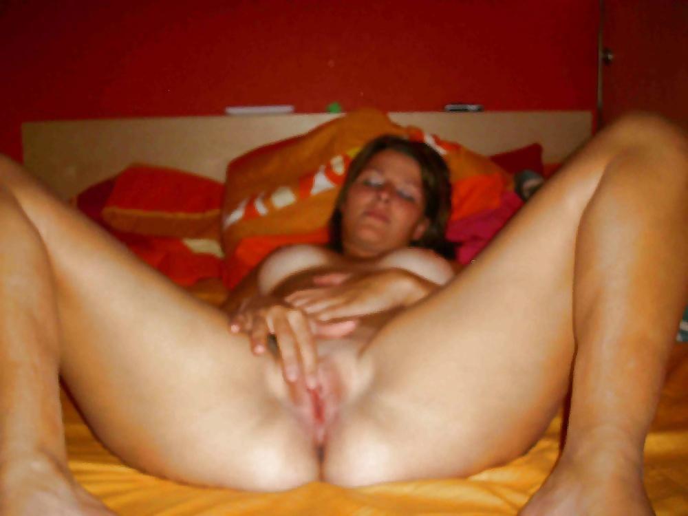 Schöne Brünette in sexy Position kostenlos - Bild 3
