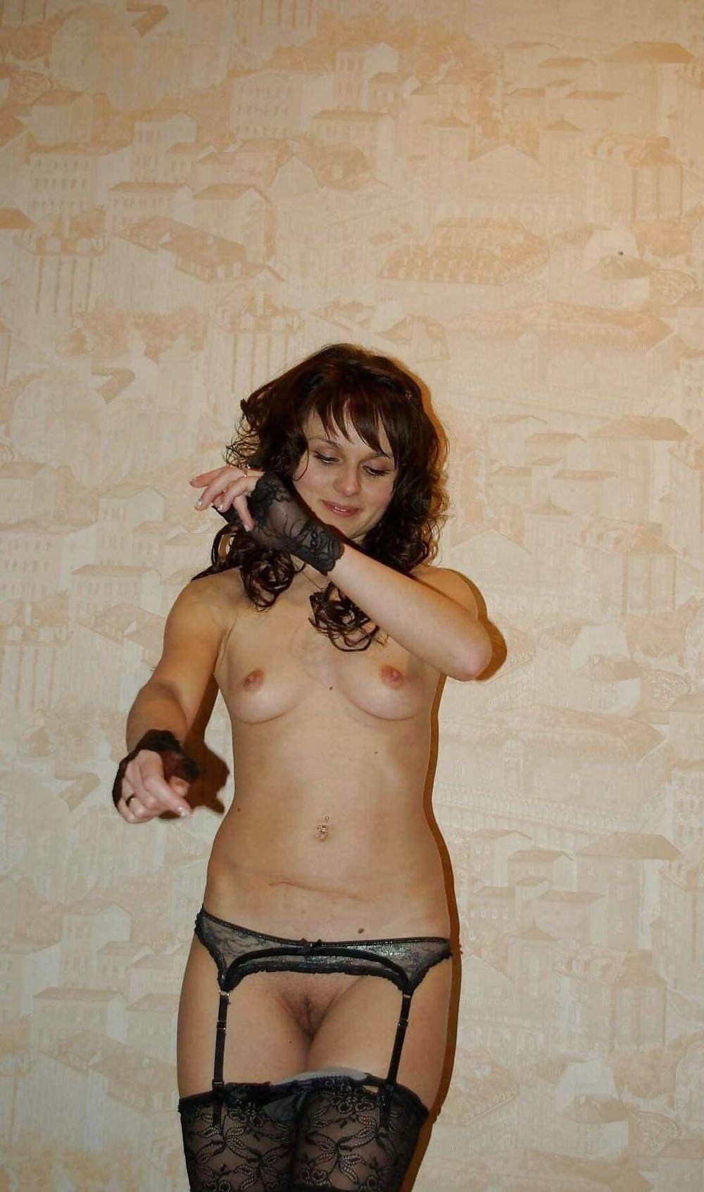 Alltägliche nackte Frau zeigt ihren nackten Körper zu Hause. - Bild 2