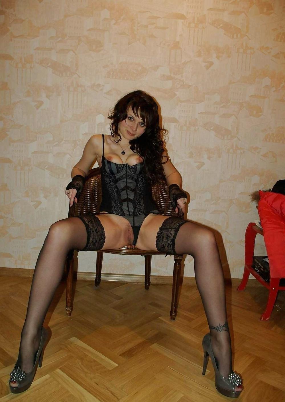 Alltägliche nackte Frau zeigt ihren nackten Körper zu Hause. - Bild 6