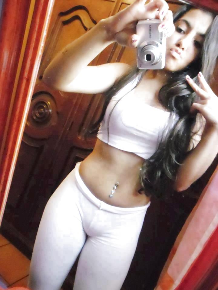 Jüngere Mädchen machen Selfie in Unterwäsche - Bild 6