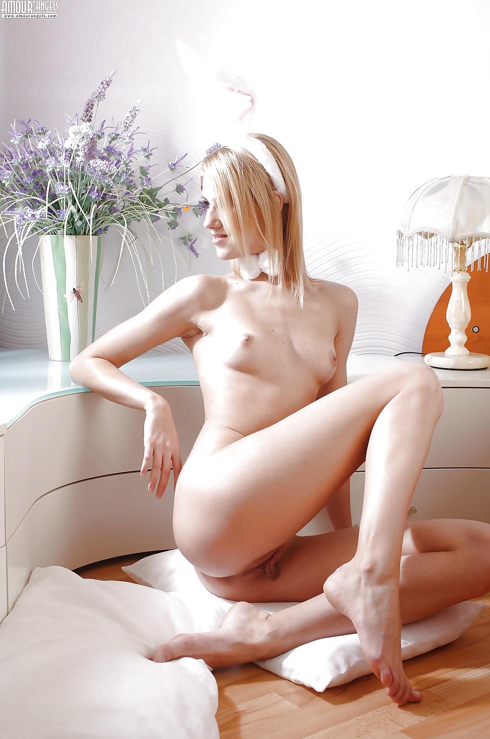 Schöne Teenager nacktfotos in Hasekostume - Bild 3