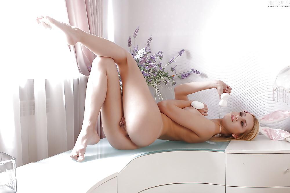Schöne Teenager nacktfotos in Hasekostume - Bild 8