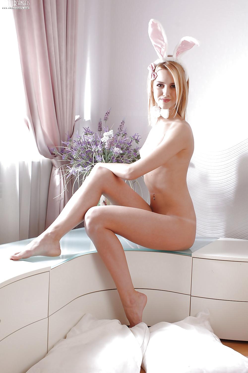 Schöne Teenager nacktfotos in Hasekostume - Bild 10
