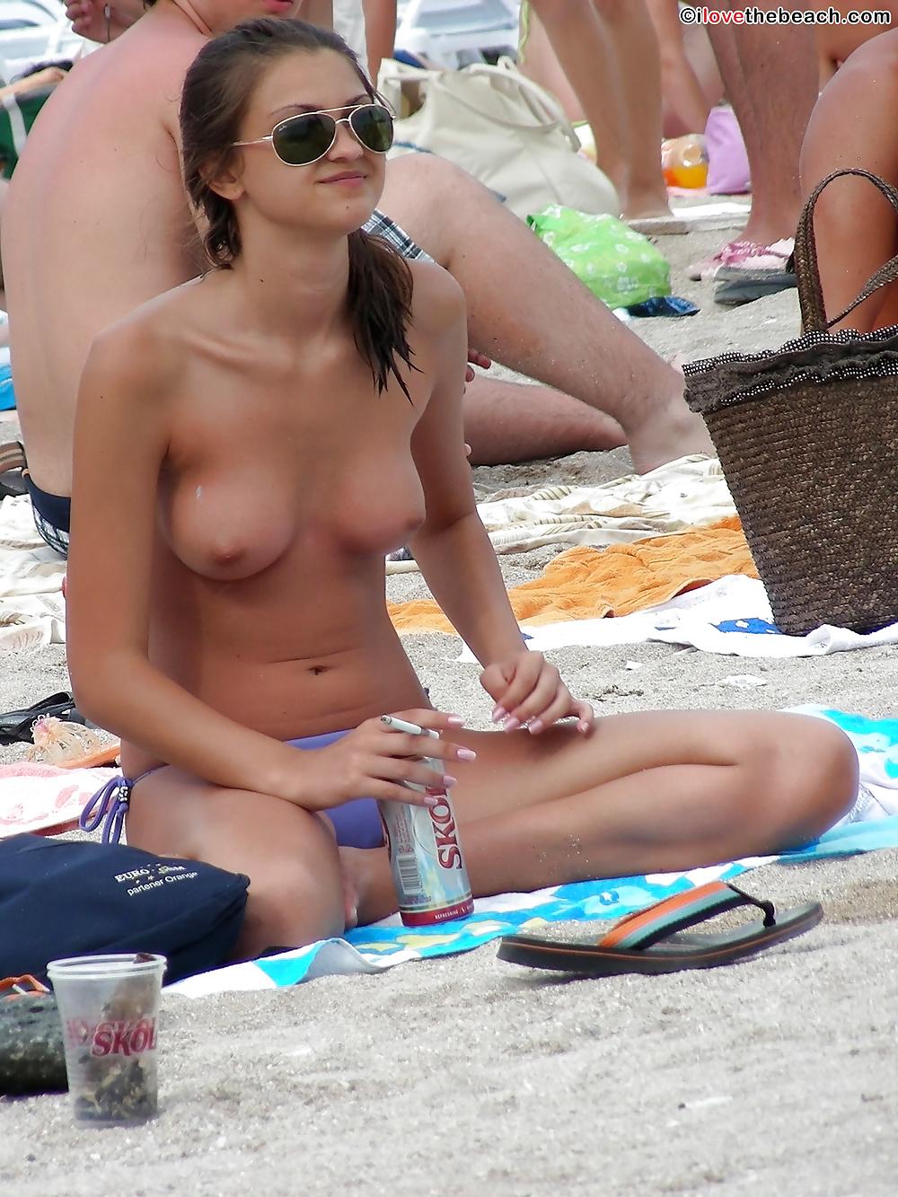 Küken nackten am Strand in Bilder